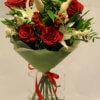 Букет из красных роз, лилий и декоративной зелени