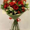 Букет из роз, альстромерий, декоративной зелени в упаковке из фетра