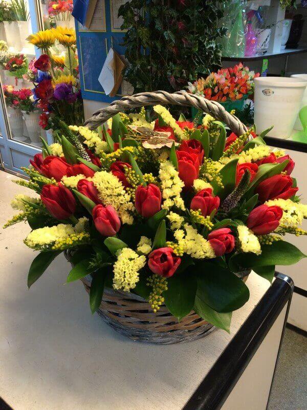 Корзина с тюльпанами и декоративной зеленью