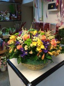 Корзина цветов с орхидеями, розами, хризантемами, альстромерией и декоративной зеленью