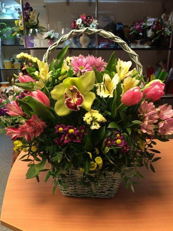 Корзина с орхидеей, тюльпанами, хризантемами и декоративной зеленью