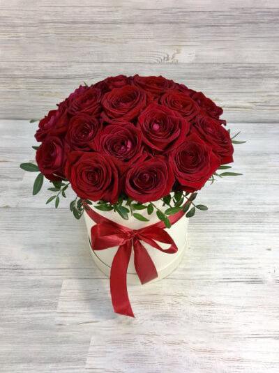 Шляпная коробка из 19 красных роз