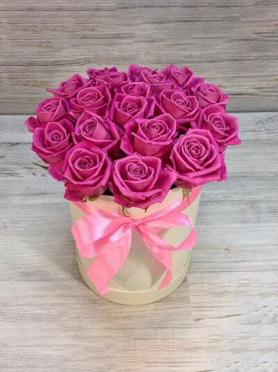 Шляпная коробка с бантом и розовыми розами