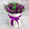 Шляпная коробка из фиолетовых тюльпанов