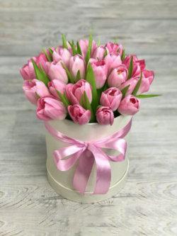 Шляпная коробка розовых тюльпанов