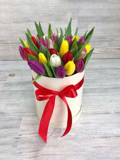Шляпная коробка из 21 тюльпана цвета микс