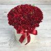 Шляпная коробка из 15 красных кустовых роз