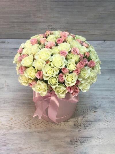 Шляпная коробка из кустовых роз цвета микс