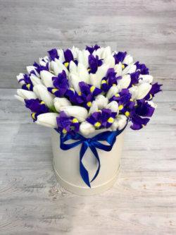 Шляпная коробка из белых тюльпанов и фиолетовых ирисов