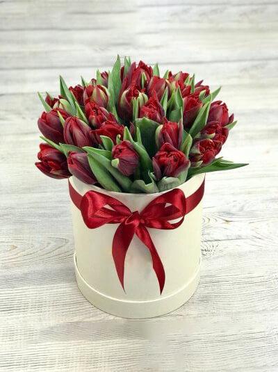 Шляпная коробка красных тюльпанов