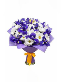 Букет из ирисов и хризантемы кустовой в упаковке из фетра