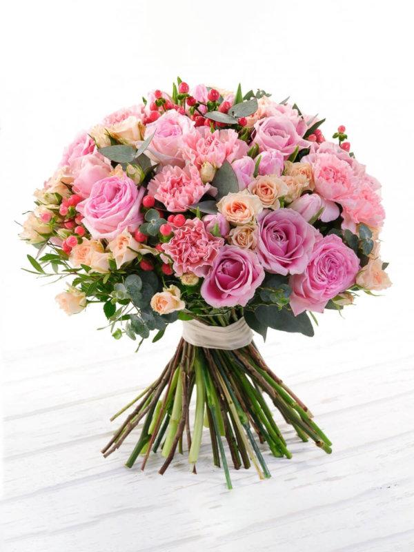 Букет из роз, кустовых роз, пионовидных роз, гвоздик, гиперикума, эвкалипта и декоративной зелени