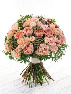 Букет из роз, кустовых роз, гвоздик, брунии и декоративной зелени