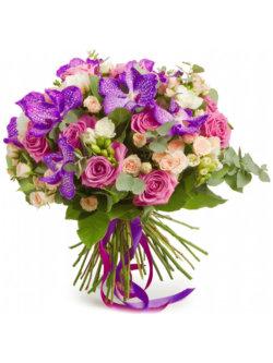 Букет из орхидей, роз, кустовых роз, фрезий, эвкалипта и декоративной зелени