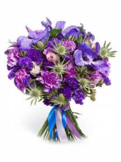 Букет из орхидей, гвоздик, эустомы, эвкалипта и декоративной зелени