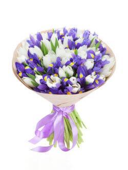 Букет из белых тюльпанов и ирисов в крафтовой упаковке