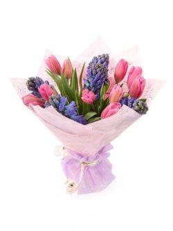 Букет из гиацинтов и тюльпанов в упаковке из фетра