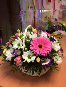 Корзинка с герберой, хризантемами, эустомой и декоративной зеленью