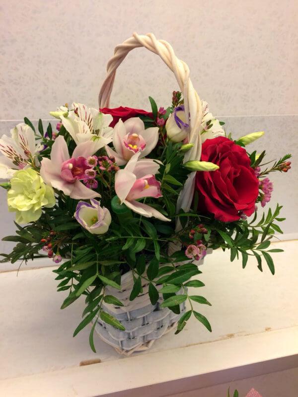 Корзина с розами, орхидеями и декоративной зеленью