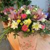 Шляпная коробка из орхидей, роз, хризантем и декоративной зелени