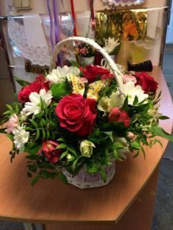 Корзина с красными розами, герберами, альстромериями и декоративнйо зеленью