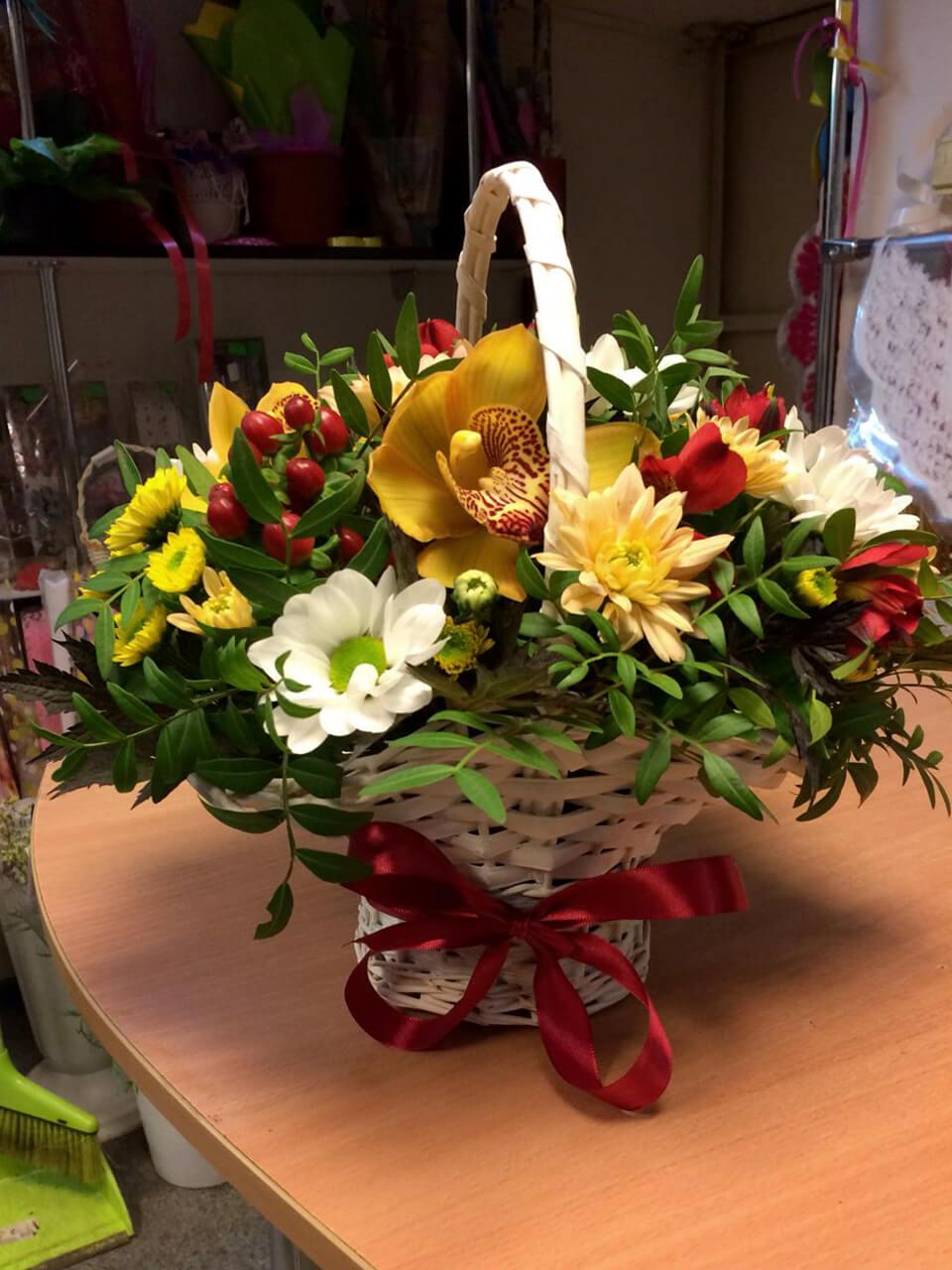 Корзинка с хризантемами, орхидеей и декоративной зеленью