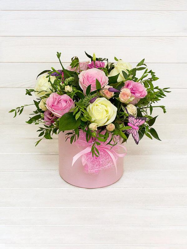 Шляпная коробка с розами, эустомой, кустовыми розами и декоративной зеленью