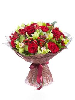 Букет из орхидеи, роз, гиперикума и декоративной зелени в упаковке из сизаля