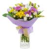 Букет из хризантем, лимониума и декоративной зелени в упаковке из фетра