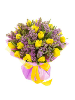 Букет из сирени и тюльпанов в упаковке из фетра