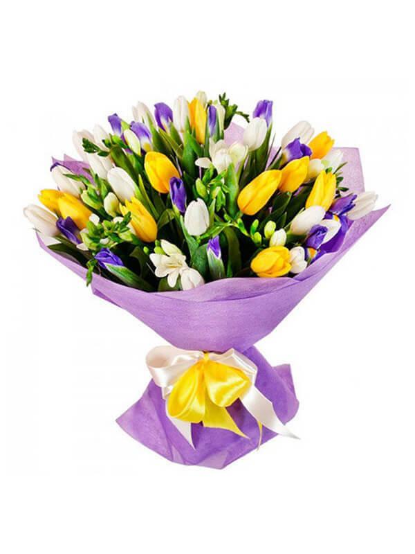 Букет из ирисов, фрезий и тюльпанов в упаковке из фетра