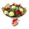 Букет из белых роз, красных кустовых роз и декоративной зелени в крафтовой упаковке