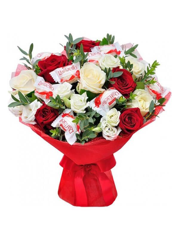 Букет из роз, эустом, эвкалипта с россыпью конфет Raffaello
