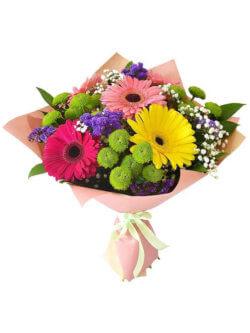 Букет из гербер, кустовых хризантем, статицы, гипсофилы и рускуса в упаковке из фетра