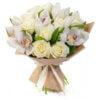 Букет из орхидеи, роз и декоративной зелени в крафтовой упаковке