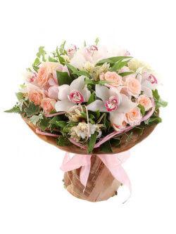 Букет из орхидей, альстромерий, роз кустовых и декоративной зелени