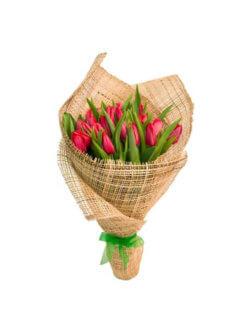 Букет из 25 красных тюльпанов в упаковке из сетки