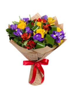 Букет из ирисов, роз, альстромерий и декоративной зелени