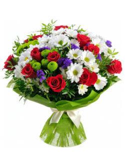 Букет из роз, хризантем кустовых и декоративной зелени
