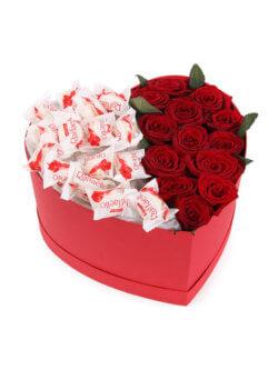 Сладкая коробочка в форме сердца с розами и раффаэлло