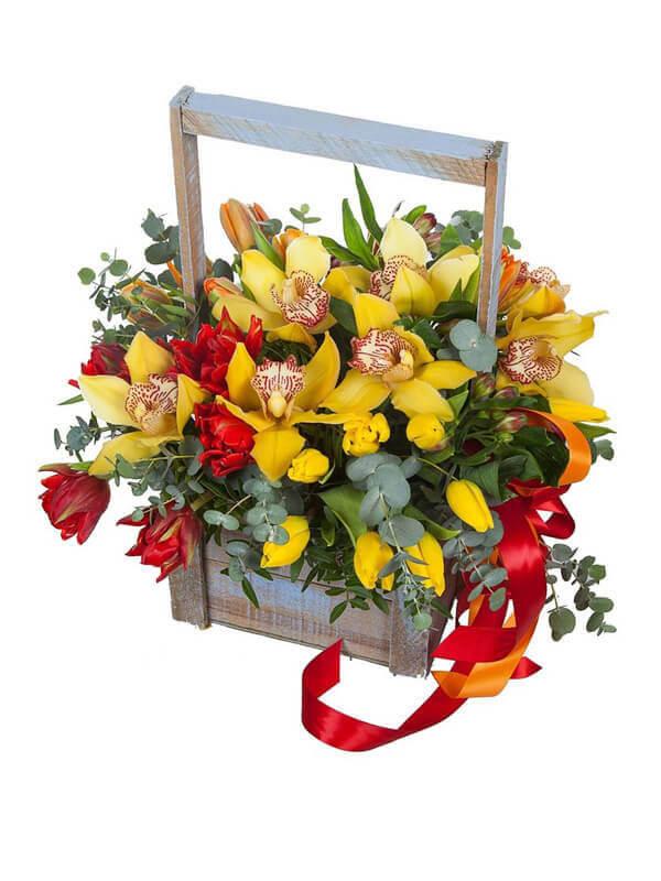 Цветочная композиция в деревянном ящике с орхидей, тюльпанами, альстромерий и декоративной зеленью