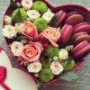 Коробка в форме сердца с розовыми розами, зелеными кустовыми хризантемами и макарунами