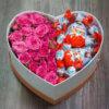 Коробка в форме сердца с розами и киндерами