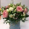 Шляпная коробка с пионовидными розами и декоративной зеленью