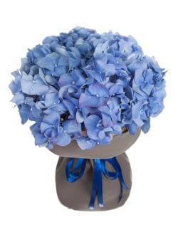 Букет из голубых гортензий в упаковке из крафтовой бумаги
