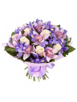 Букет из ирисов, орхидей, роз и декоративной зелени в упаковке из фетра