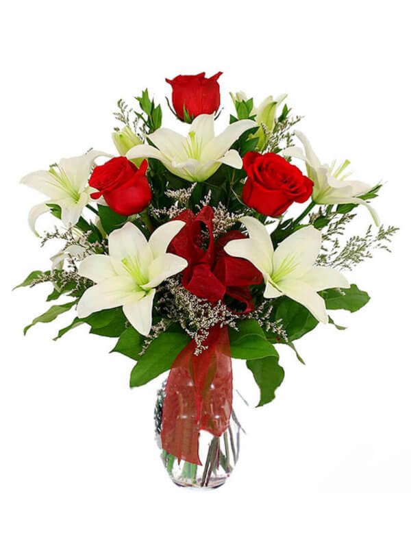 Букет из 4 лилий, 3 роз и декоративной зелени