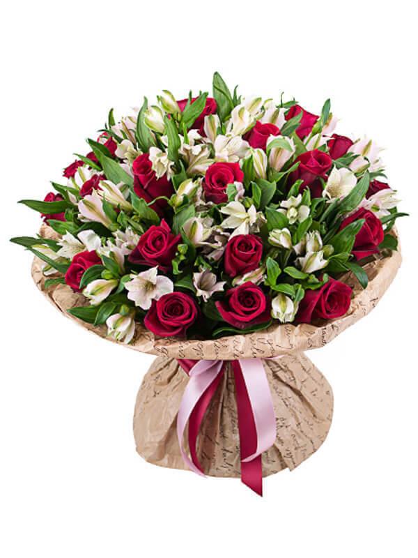Страстный букет из красных роз и белых альстромерий с декоративной зеленью