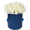 Шляпная коробка 35 белых роз с ручкой лентой