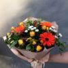Букет из гербер, кустовых роз, хризантем и декоративной зелени